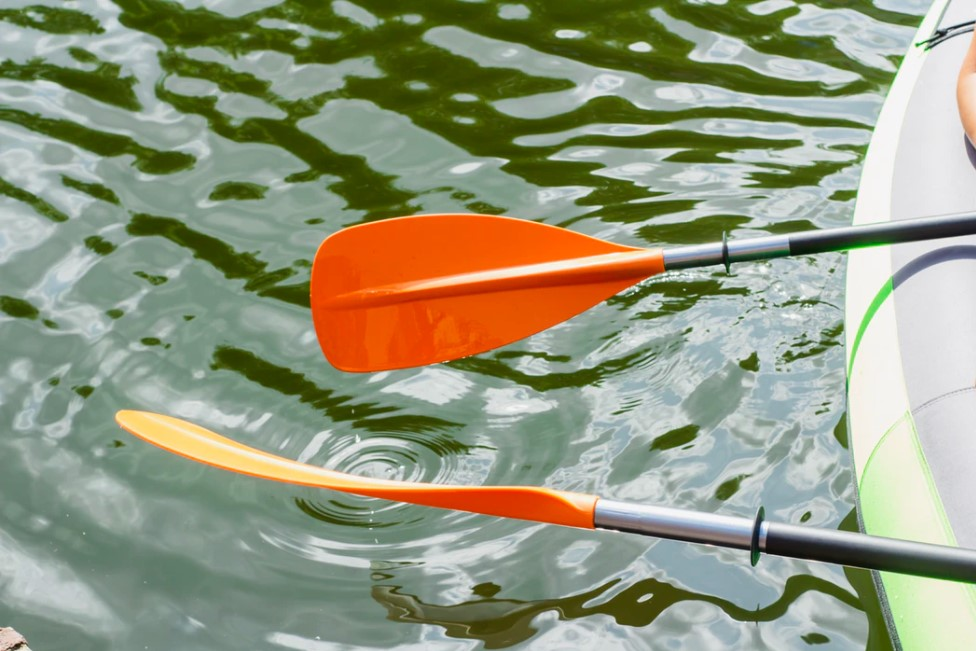 scoop best kayak paddles in the water
